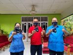 Direktur PDAM Jayapura saat menyerahkan donasi masker kepada Walikota Jayapura berjumlah 2.500 buah. (Foto. Dok Direktur PDAM )