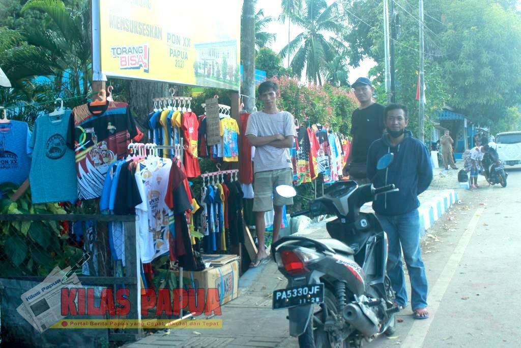 Pedagang baju kaos bergambar logo ikut meriahkan PON XX Papua
